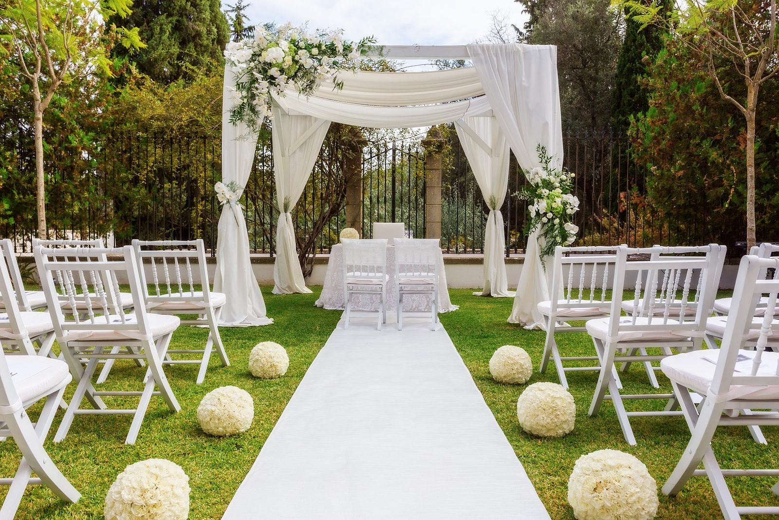 Why You Should Hire a Wedding Planner Before Booking a Venue